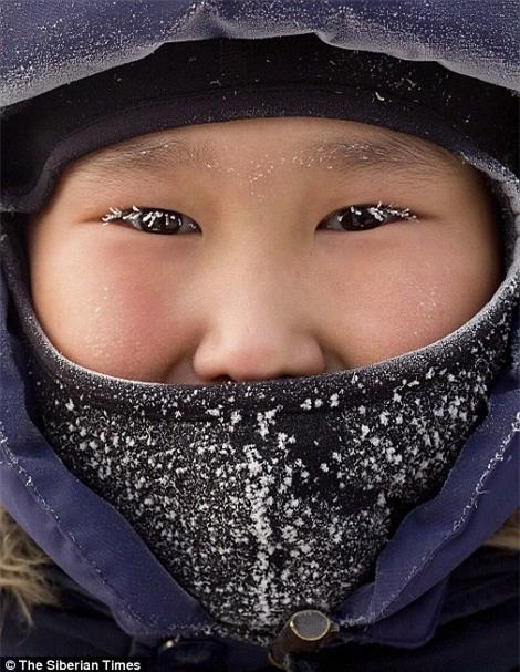 Nga: Những đứa trẻ đóng băng khi vẫn phải đi học trong cái lạnh -53 độ C - Ảnh 3.