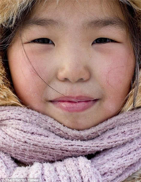 Nga: Những đứa trẻ đóng băng khi vẫn phải đi học trong cái lạnh -53 độ C - Ảnh 4.