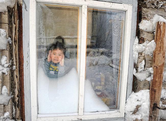 Nga: Những đứa trẻ đóng băng khi vẫn phải đi học trong cái lạnh -53 độ C - Ảnh 7.