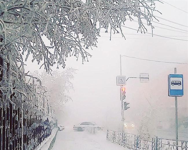 Nga: Những đứa trẻ đóng băng khi vẫn phải đi học trong cái lạnh -53 độ C - Ảnh 10.