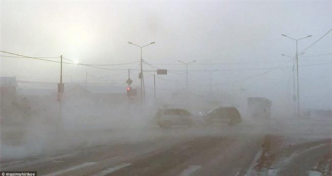 Nga: Những đứa trẻ đóng băng khi vẫn phải đi học trong cái lạnh -53 độ C - Ảnh 11.