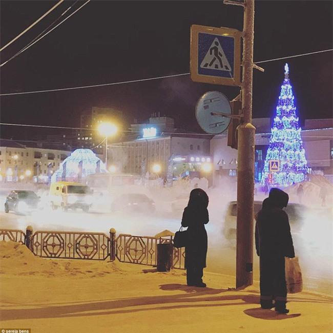Nga: Những đứa trẻ đóng băng khi vẫn phải đi học trong cái lạnh -53 độ C - Ảnh 12.