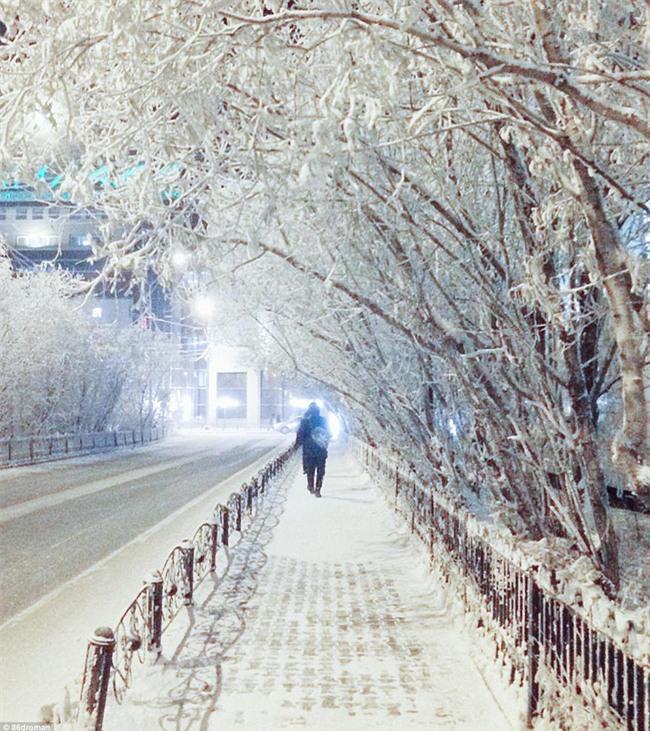 Nga: Những đứa trẻ đóng băng khi vẫn phải đi học trong cái lạnh -53 độ C - Ảnh 13.