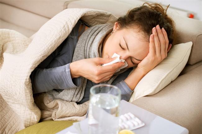 Tại sao biết kháng sinh không trị cảm cúm, nhiều người vẫn tiếp tục lạm dụng? - Ảnh 2.