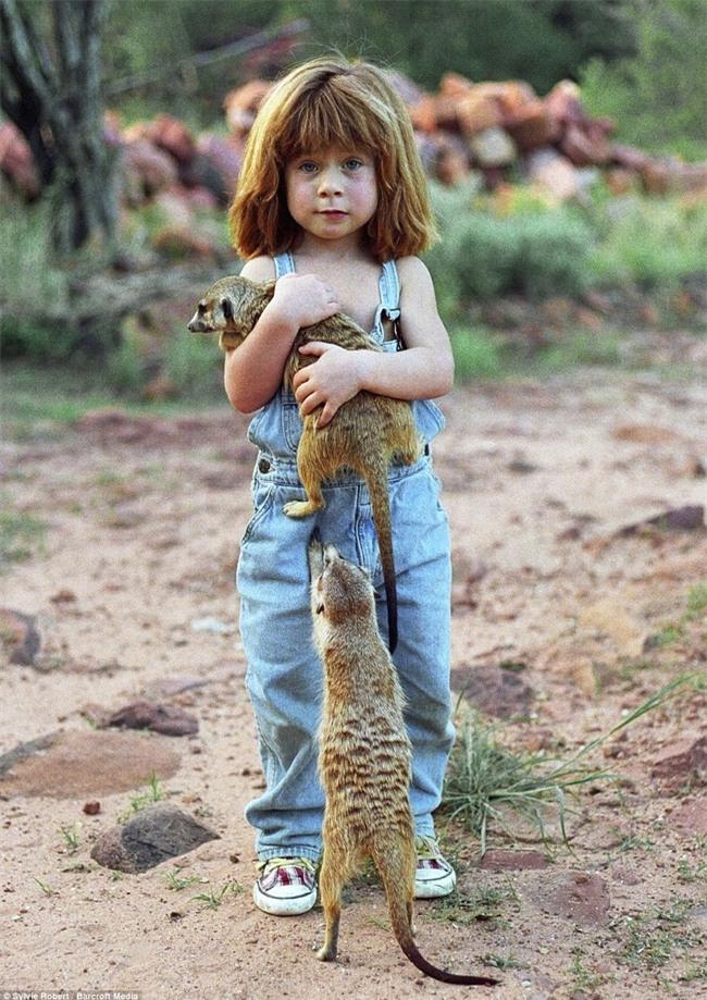 Cuộc sống của cô bé rừng xanh ngoài đời thật, làm bạn với voi châu Phi và chơi cùng báo - Ảnh 19.