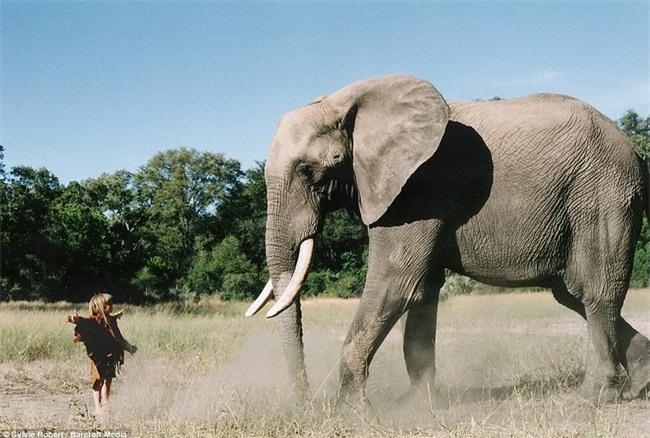 Cuộc sống của cô bé rừng xanh ngoài đời thật, làm bạn với voi châu Phi và chơi cùng báo - Ảnh 21.