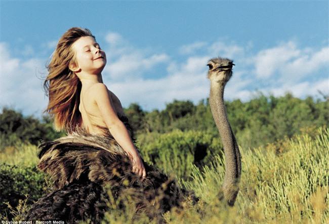 Cuộc sống của cô bé rừng xanh ngoài đời thật, làm bạn với voi châu Phi và chơi cùng báo - Ảnh 23.