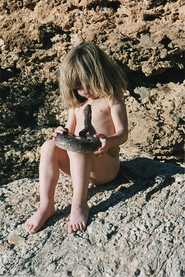 Cuộc sống của cô bé rừng xanh ngoài đời thật, làm bạn với voi châu Phi và chơi cùng báo - Ảnh 25.
