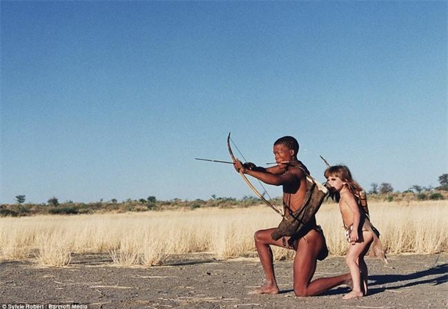 Cuộc sống của cô bé rừng xanh ngoài đời thật, làm bạn với voi châu Phi và chơi cùng báo - Ảnh 27.