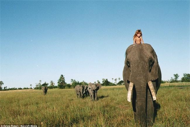Cuộc sống của cô bé rừng xanh ngoài đời thật, làm bạn với voi châu Phi và chơi cùng báo - Ảnh 15.