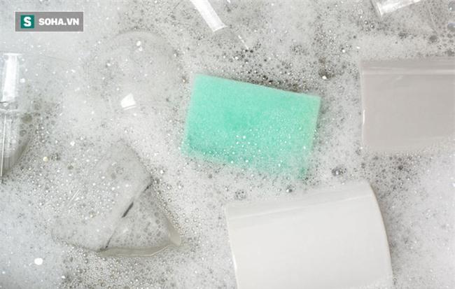 8 lỗi khi rửa bát đĩa gây hại sức khỏe ai cũng có thể mắc - Ảnh 1.
