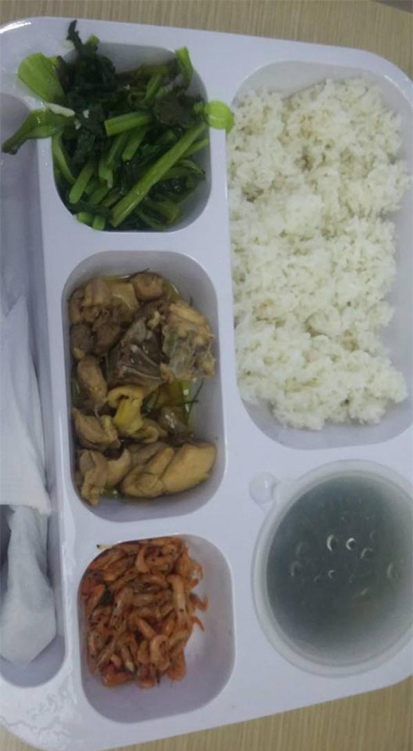 Chị em công sở rần rần khoe đồ ăn trưa: Người mì gói, người thịt cá đầy mâm