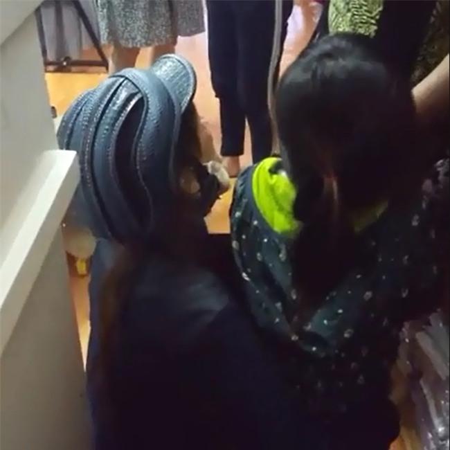 Mẹ bị bắt quả tang ăn trộm, con nhỏ cúi lạy khóc cô ơi con xin lỗi - Ảnh 2.