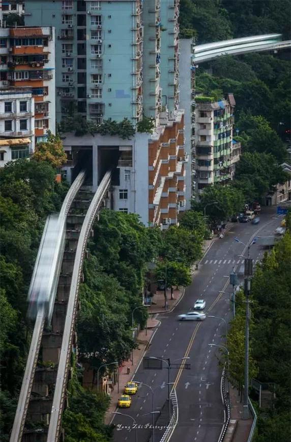Video tàu hỏa chạy xuyên qua các tòa nhà cao tầng ở Trung Quốc khiến nhiều người dựng tóc gáy - Ảnh 3.