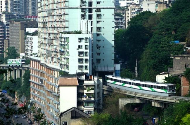 Video tàu hỏa chạy xuyên qua các tòa nhà cao tầng ở Trung Quốc khiến nhiều người dựng tóc gáy - Ảnh 4.