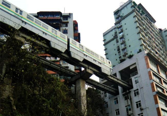 Video tàu hỏa chạy xuyên qua các tòa nhà cao tầng ở Trung Quốc khiến nhiều người dựng tóc gáy - Ảnh 6.