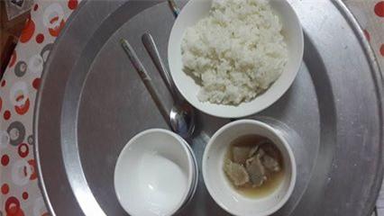 Trào nước mắt với bữa cơm ở cữ mẹ chồng nấu cho con dâu, vỏn vẹn 1 bát cơm trắng với vài 3 miếng thịt - Ảnh 1.