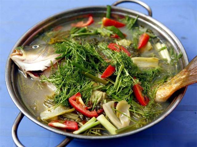 Khi nấu, các amin trong cá sẽ bị phân hủy, do đó không nên đậy nắp nồi để mùi tanh bốc hơi dễ dàng.