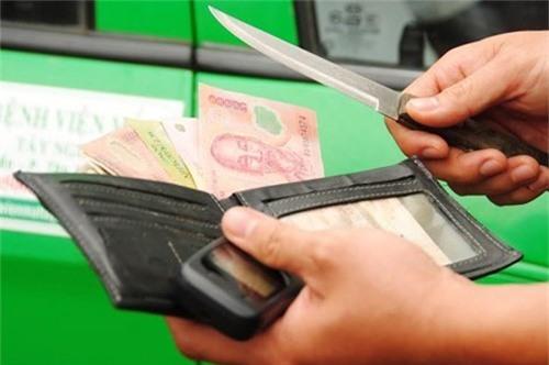 Chỉ bằng 1 câu nói, tài xế taxi đã khiến tên trộm hung hăng buông dao - Ảnh 1.