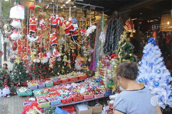 Cận Giáng sinh, cây thông Noel thật nhập từ Mỹ, giá bạc triệu vẫn hút hàng ở Sài Gòn - Ảnh 7.