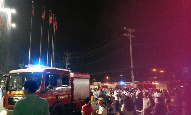 Clip: Cháy siêu thị Big C ở Sài Gòn, người dân chen chúc ở thang cuốn để tháo chạy ra ngoài - Ảnh 2.