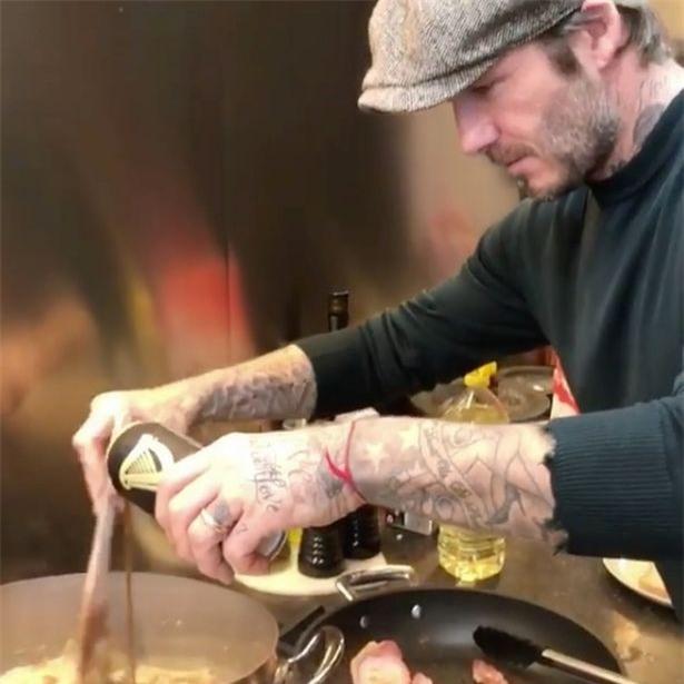 David Beckham trổ tài nấu nướng trước thềm Giáng Sinh - Ảnh 1.