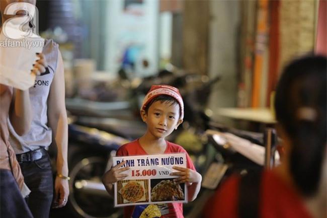 Những đứa trẻ bán hàng ngày Noel - Ảnh 1.