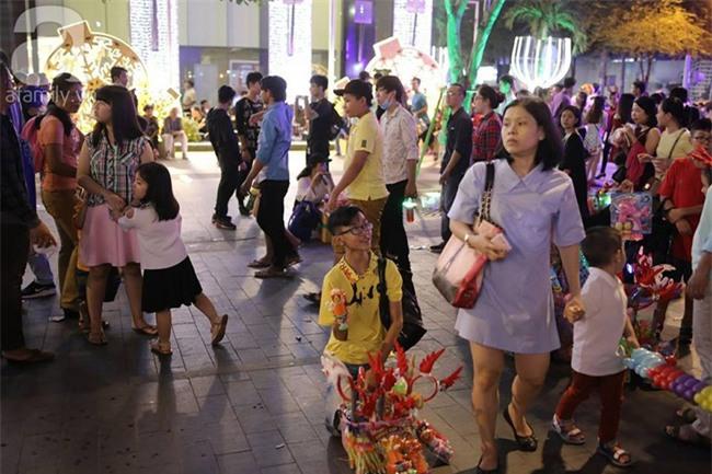 Những đứa trẻ bán hàng ngày Noel - Ảnh 10.