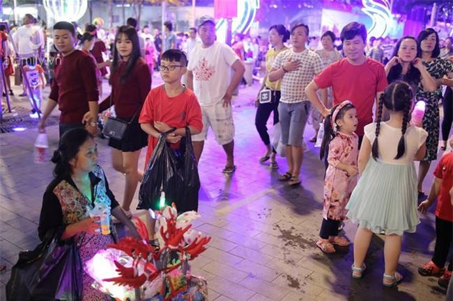 Những đứa trẻ bán hàng ngày Noel - Ảnh 11.