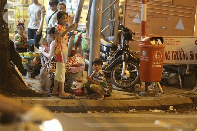 Những đứa trẻ bán hàng ngày Noel - Ảnh 2.