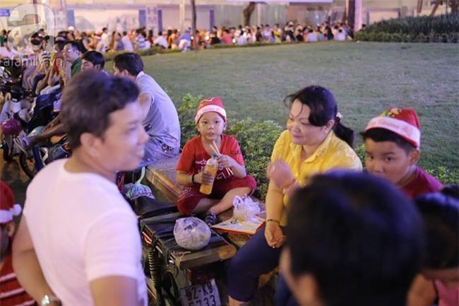 Những đứa trẻ bán hàng ngày Noel - Ảnh 9.