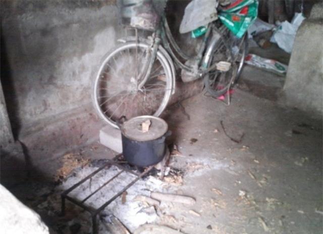 Hiện trường bếp nơi đối tượng Trương Văn Lực bỏ thuốc chuột vào nồi thịt chó (ảnh bạn đọc Lan Văn cung cấp).