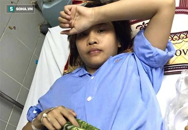 Con gái bị tai nạn có nguy cơ phải cắt cụt chân, cha nghèo cắm sổ đỏ vay tiền chữa trị - Ảnh 2.