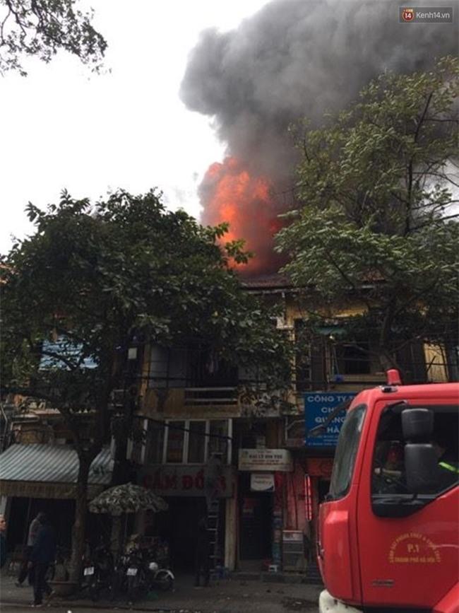 Hà Nội: Cháy lớn trên phố Phùng Hưng, cột khói bốc cao hàng chục mét - Ảnh 2.