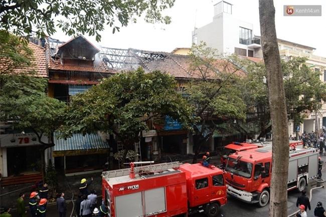 Hà Nội: Cháy lớn trên phố Phùng Hưng, cột khói bốc cao hàng chục mét - Ảnh 3.