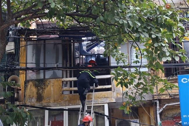 Hà Nội: Cháy lớn trên phố Phùng Hưng, cột khói bốc cao hàng chục mét - Ảnh 4.