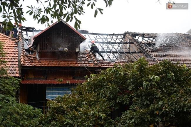 Hà Nội: Cháy lớn trên phố Phùng Hưng, cột khói bốc cao hàng chục mét - Ảnh 5.