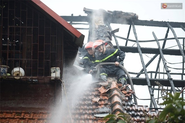 Hà Nội: Cháy lớn trên phố Phùng Hưng, cột khói bốc cao hàng chục mét - Ảnh 6.