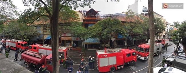 Hà Nội: Cháy lớn trên phố Phùng Hưng, cột khói bốc cao hàng chục mét - Ảnh 7.