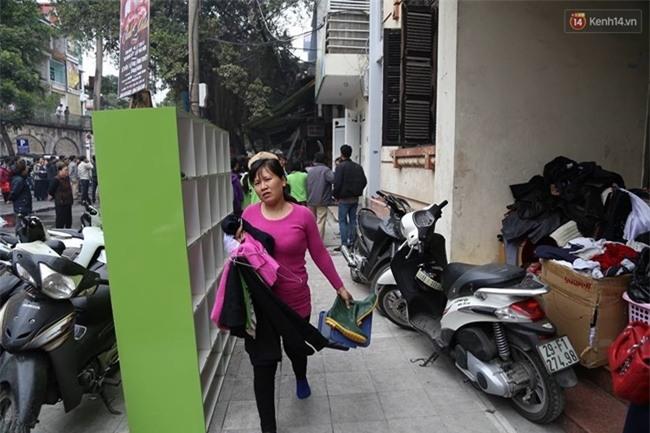 Hà Nội: Cháy lớn trên phố Phùng Hưng, cột khói bốc cao hàng chục mét - Ảnh 8.