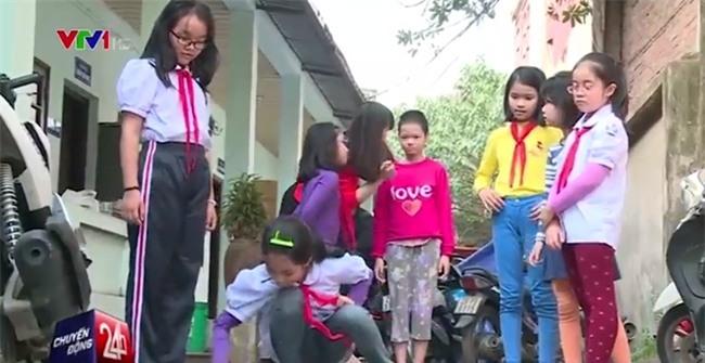 Bé gái 11 tuổi bị mẹ nhốt trong nhà lần đầu tiên được chơi với các bạn và muốn được đi học - Ảnh 4.