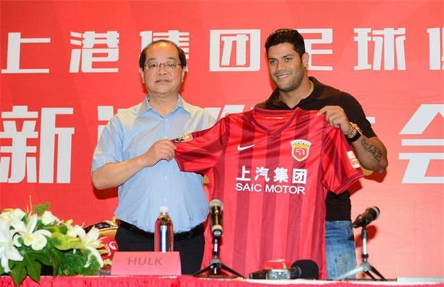 Vào mùa Hè năm nay, Shanghai SIPG đã gây sốc khi chiêu mộ Hulk với mức phí gần 50 triệu bảng. Tương tự như Oscar, Hulk cũng nằm trong số những cầu thủ lương cao nhất thế giới.
