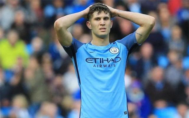 Để chiêu mộ trung vệ trẻ triển vọng của bóng đá Anh, Man City đã chi hơn 47 triệu bảng. Tuy nhiên, có vẻ như John Stones vẫn chưa quen với chiến thuật của HLV Pep Guardiola khi mắc khá nhiều sai lầm trong giai đoạn 1.