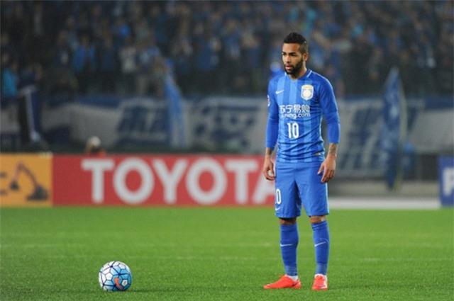 Alex Teixeira đã từ chối nhiều lời mời hấp dẫn của Liverpool, Chelsea… để sang Trung Quốc thi đấu. Quyết định ấy mang tới bất ngờ cho nhiều người. Dù vậy, cầu thủ này cũng nhận được đãi ngộ tương xứng ở Trung Quốc.