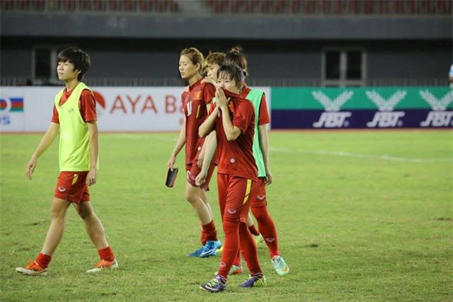 Những giọt nước mắt thất thần của đội tuyển nữ Việt Nam sau trận chung kết giải vô địch Đông Nam Á