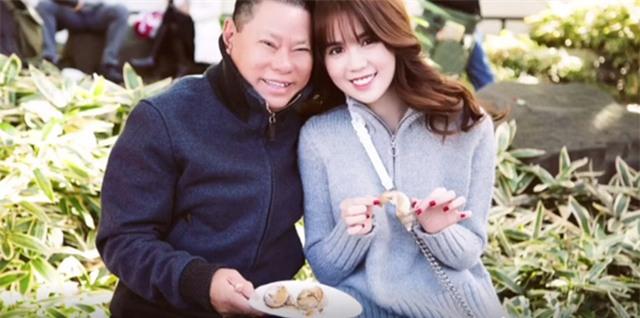 Nhân dịp Giáng sinh, trang cá nhân của tỷ phú Hoàng Kiều chia sẻ những hình ảnh tình tứ bên kiều nữ 27 tuổi Ngọc Trinh trong hai tháng bên nhau. Họ chính thức hẹn hò từ tháng 11 qua sự giới thiệu của con dâu doanh nhân nổi tiếng. Người con dâu tiết lộ ông Hoàng Kiều cảm mến Ngọc Trinh ngay khi nhìn thấy ảnh cô chụp chung với đồng nghiệp. Sau đó, ông Hoàng Kiều chủ động liên lạc và nhận được sự đồng ý của người đẹp. Họ từng đi du lịch Nhật Bản vào tháng 11.