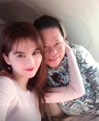 Gia đình ông Hoàng Kiều cho biết họ ủng hộ chuyện tình cảm giữa hai người. Giữa tháng 12, Ngọc Trinh sang Mỹ ra mắt người nhà và bạn bè của bạn trai.