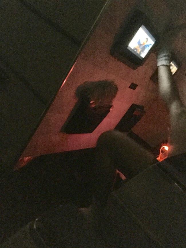 Hành khách gây sốc khi mặc quần lót, gác chân phản cảm trên máy bay - Ảnh 2.