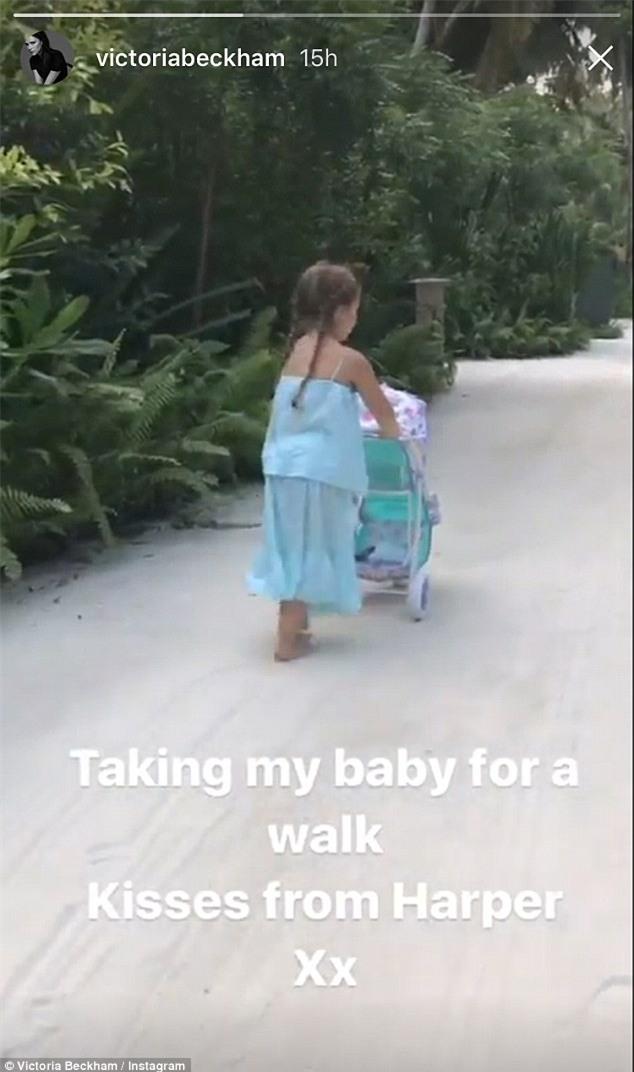 Victoria khoe Harper diện váy xanh đáng yêu đẩy xe đưa búp bê đi dạo  - Ảnh 1.