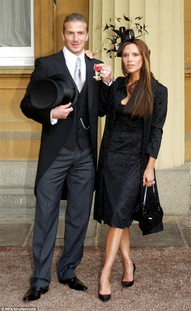 Victoria khoe Harper diện váy xanh đáng yêu đẩy xe đưa búp bê đi dạo  - Ảnh 5.